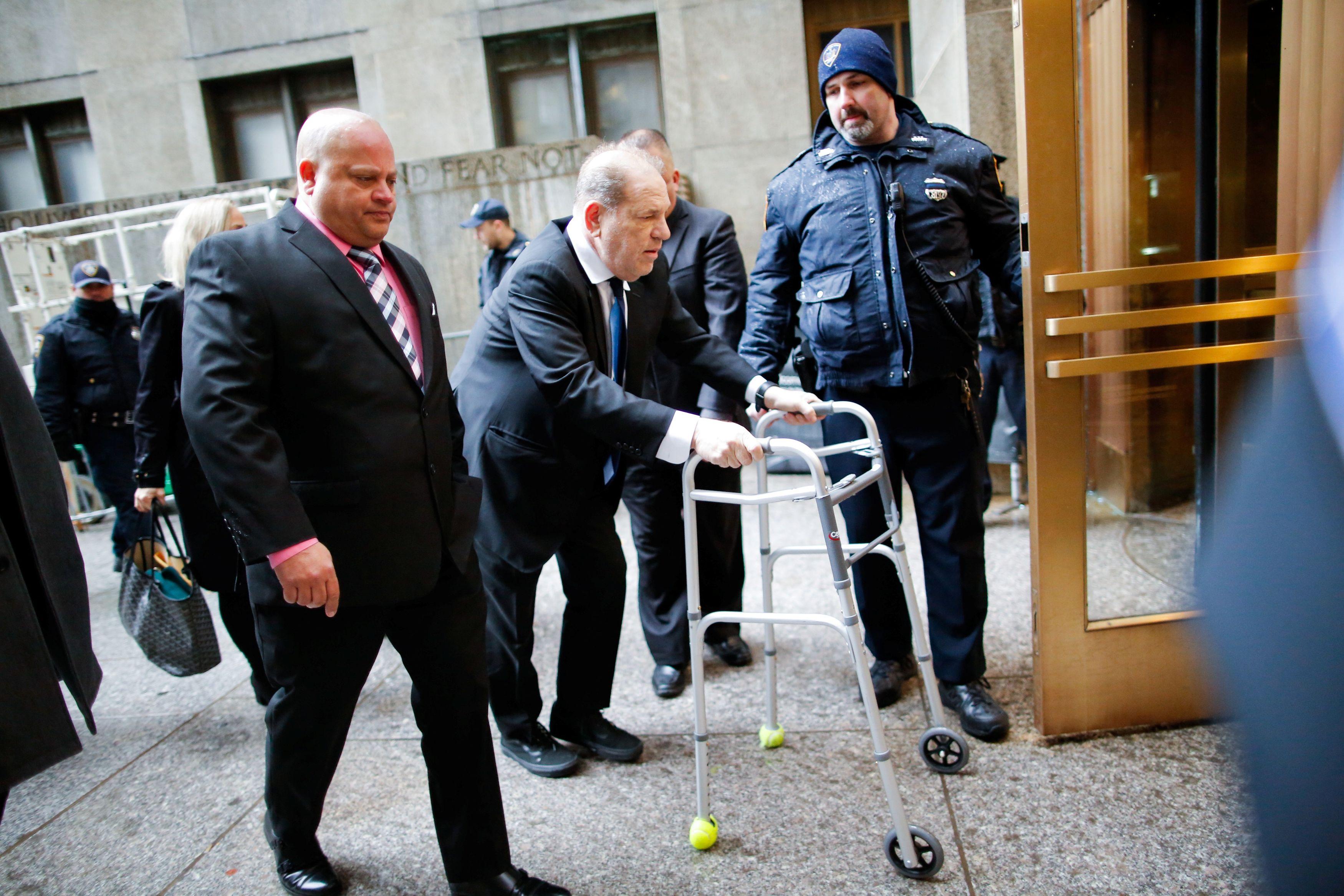 Weinstein, de noches de fiesta en Manhattan a llegar al Tribunal Supremo con andador