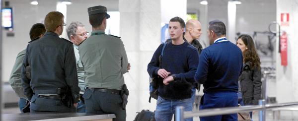 Un grupo de guardias civiles ayer en uno de los controles del aeropuerto de El Prat