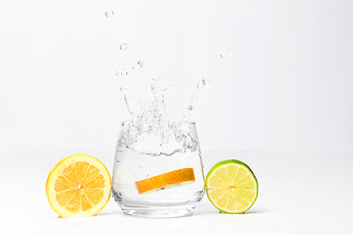 beber agua con limon en ayunas adelgaza