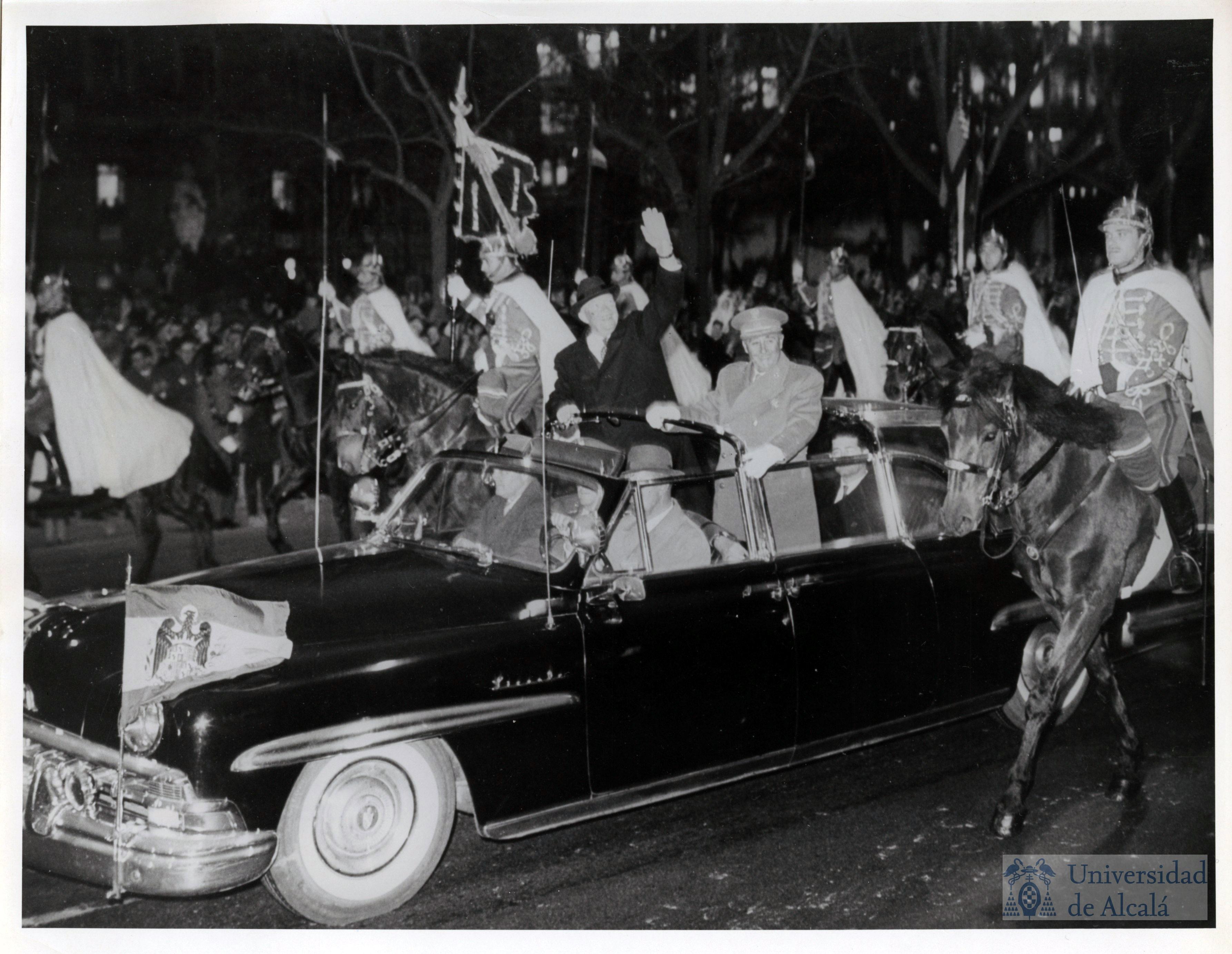 Los dos jefes de Estado de pie en el coche que les llevó por el Paseo de la Castellana escoltados por la guardia de honor a caballo