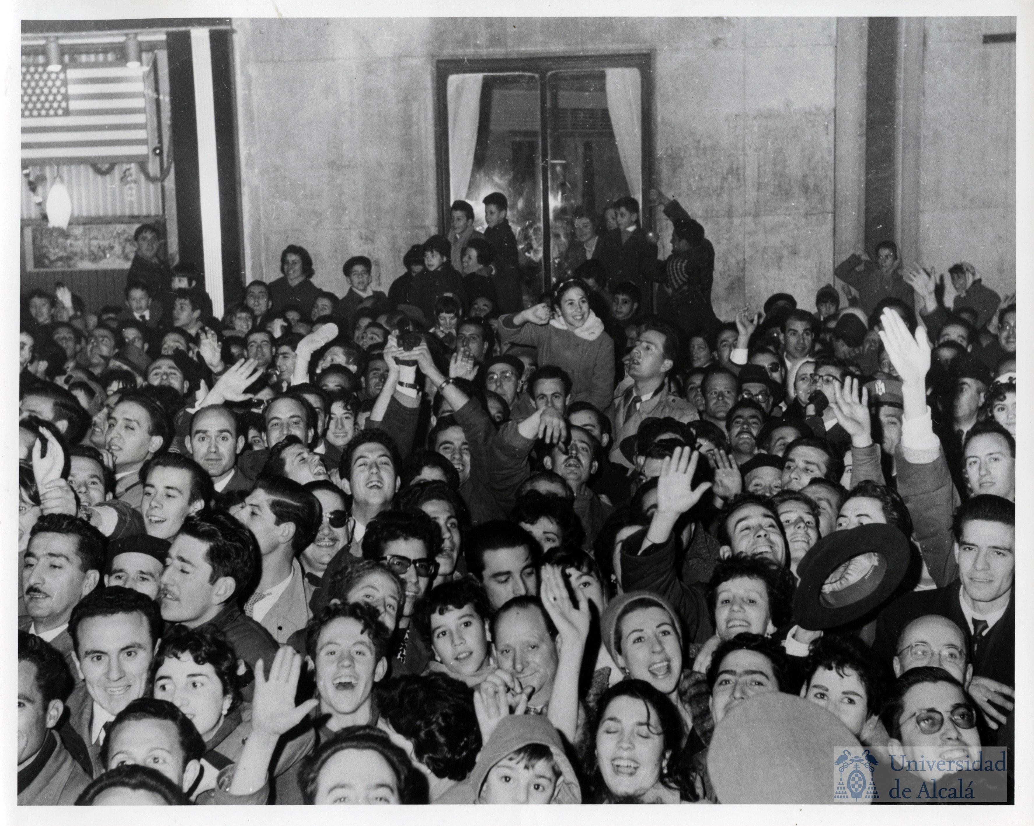 Los madrileños esperaron durante horas para ver pasar la caravana en la que viajaban Franco y Eisenhower
