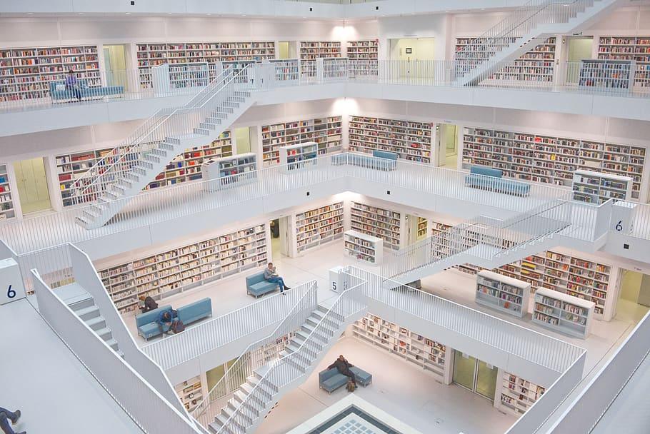 El colorido lomo de los libros resalta bruscamente con el blanco del edificio.