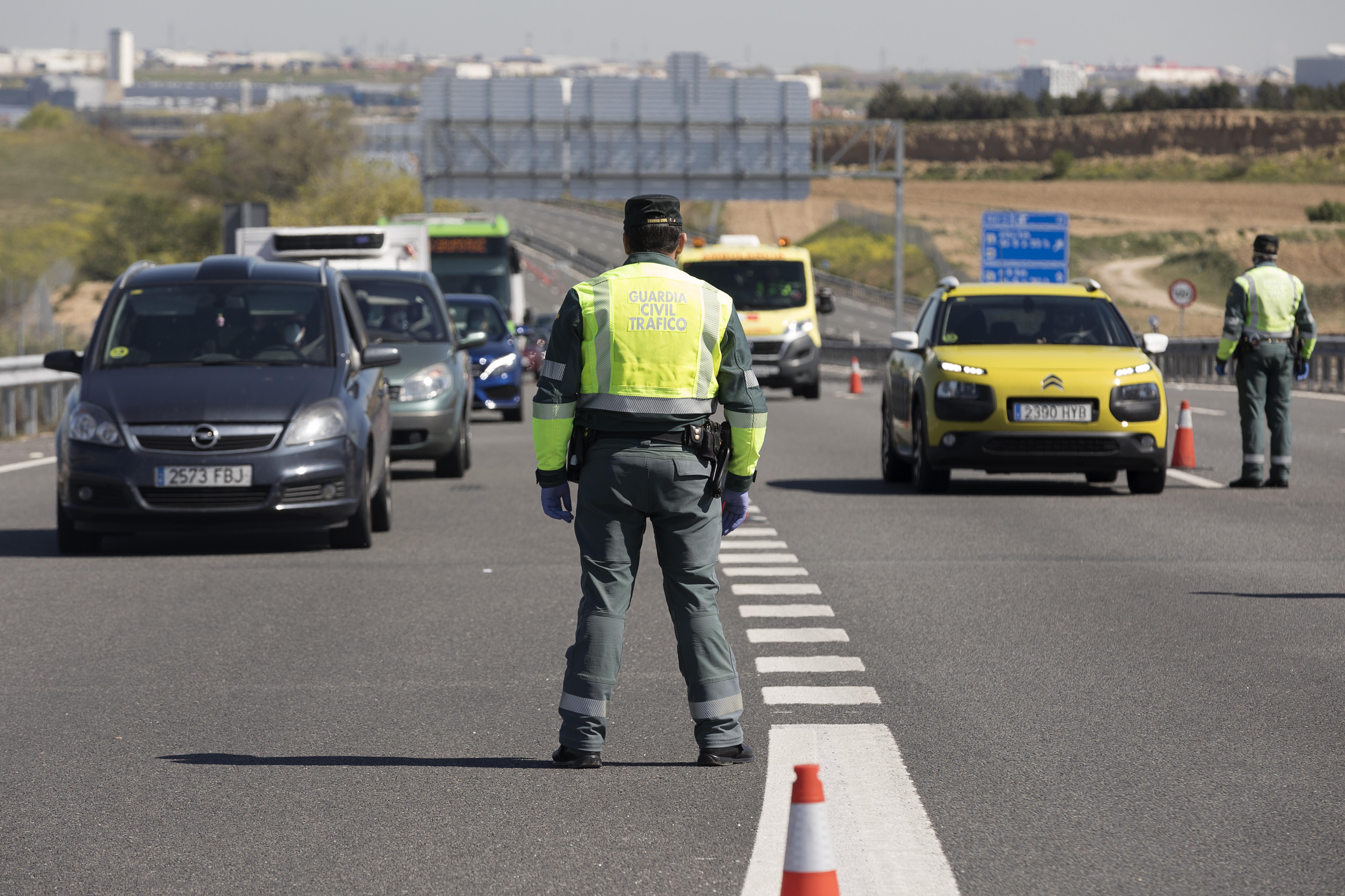 Control de la Guardia Civil a la salida de la A-5, en Madrid, para comprobar que nadie se desplaza a una posible segunda residencia para pasar el fin de semana, durante el estado de alarma por la epidemia de Covid-19