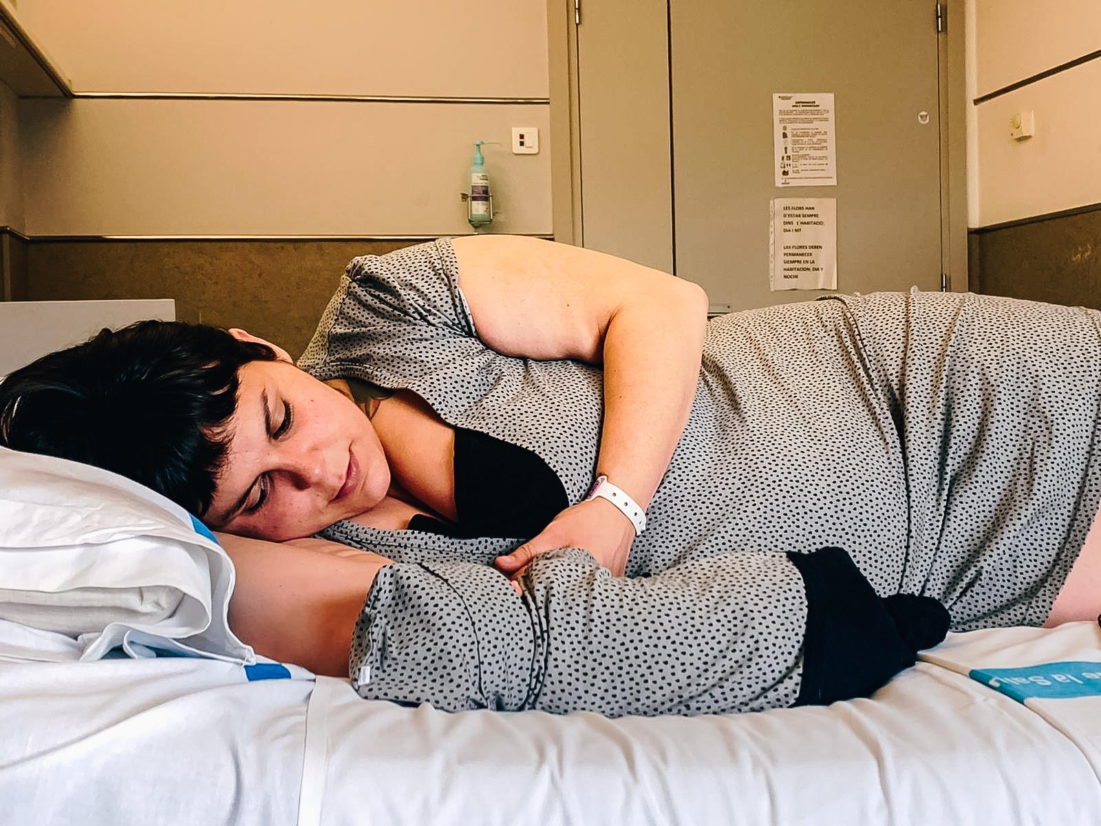 Lorena, en el hosptial, con su hija Olivia