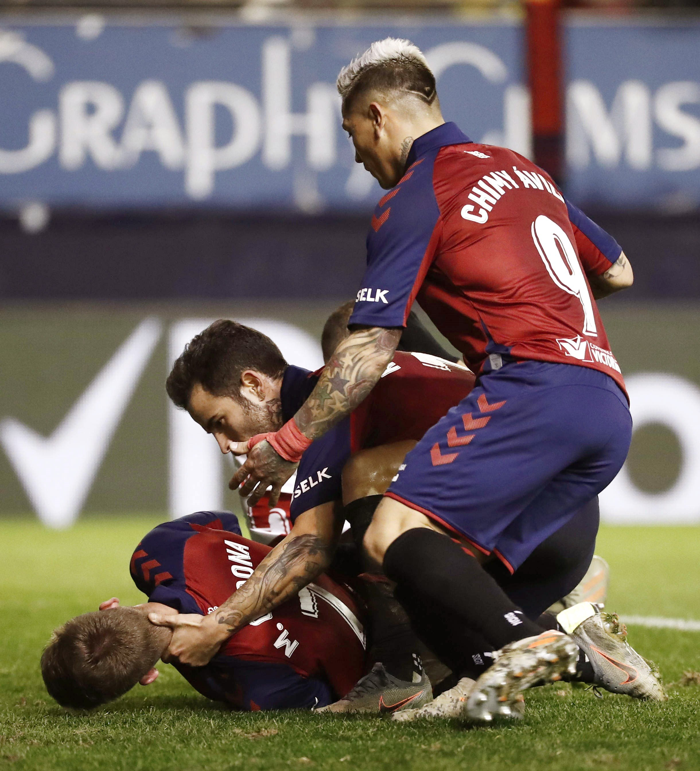 leave the Osasuna-Sevilla on a stretcher after a terrible blow to the head