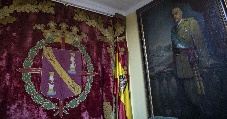 El tapiz que se descolgaba del balcón del Palacio Real en las concentraciones del la Plaza de Oriente