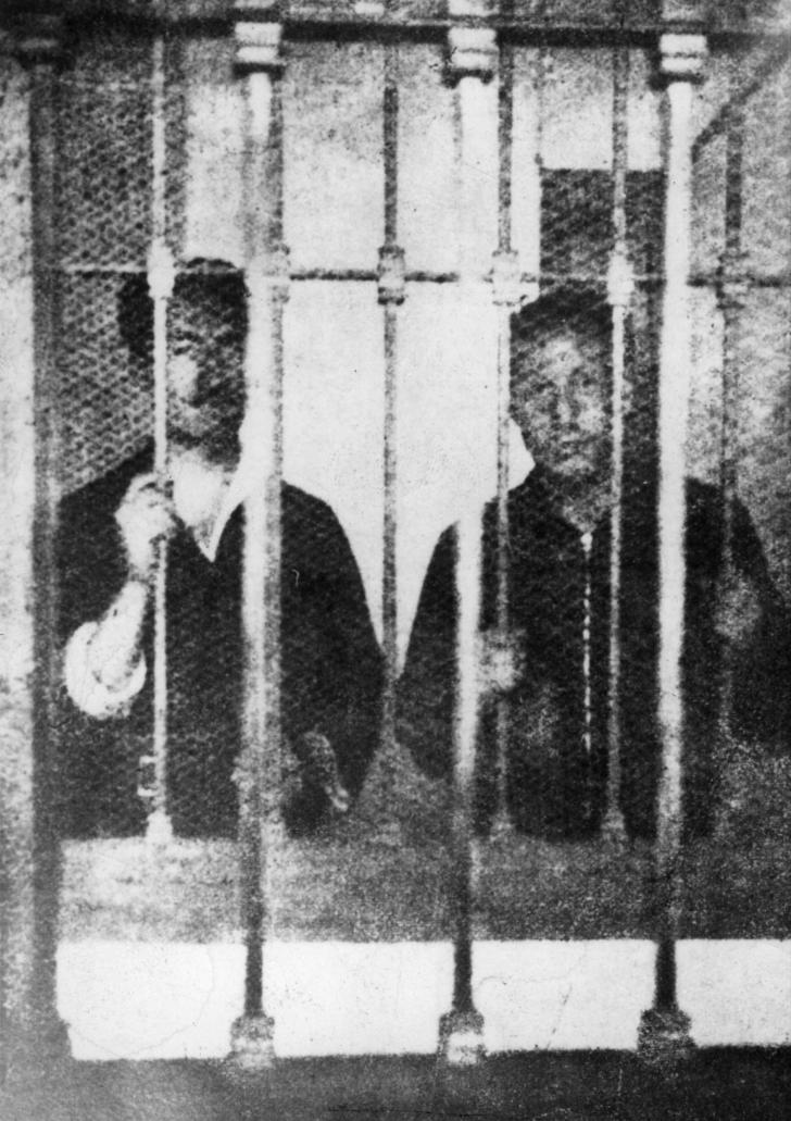 José Antonio Primo de Rivera –a la derecha– y su hermano Miguel en la prisión de Alicante, donde ingresó el 15 de marzo de 1936