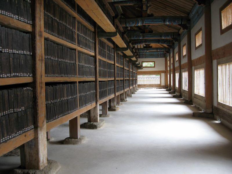 Ni un solo libro de papel se guarda en esta biblioteca. Todos están grabados en madera.