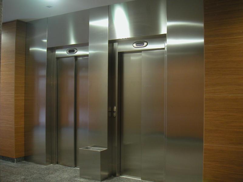 ¿Por qué los ascensores tienen espejos?