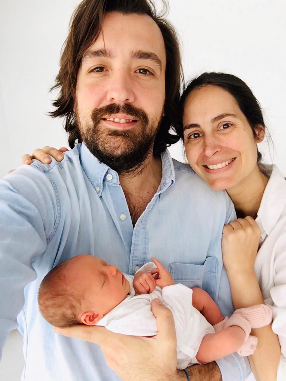 Lucía y Daniel, posan con su hija Eugenia