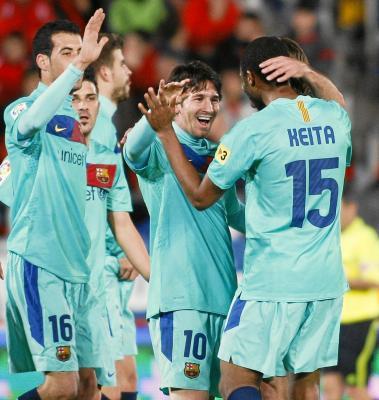 Messi se abraza a Keita, que le dio el pase de gol, y a Villa y a Busquets
