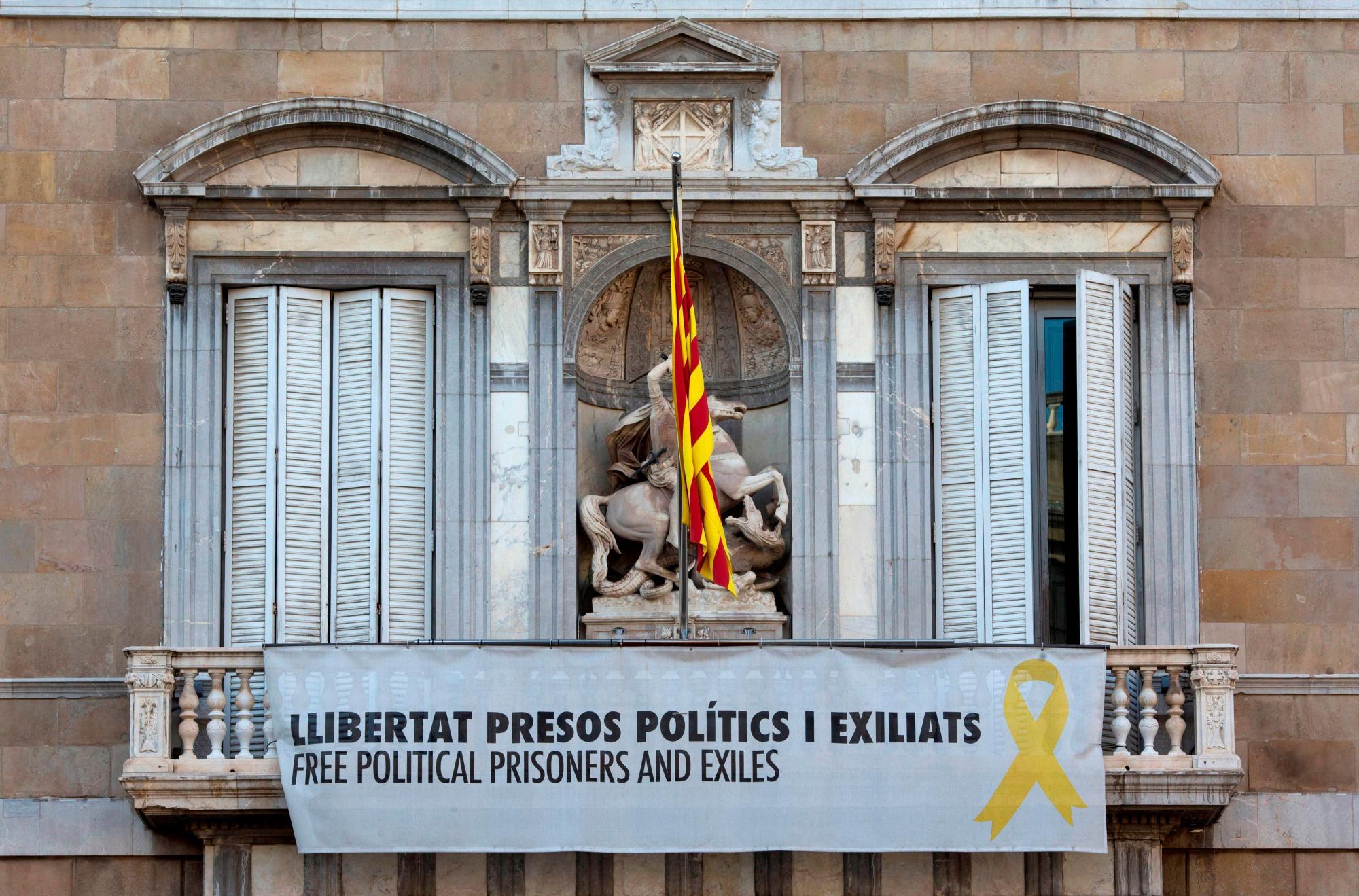 Pancarta a favor de los presos del procés en el balcón de la Generalitat de Cataluña/EFE