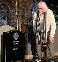 Un hombre encuentra en un cementerio su propia tumba y sospecha que es obra de su exmujer