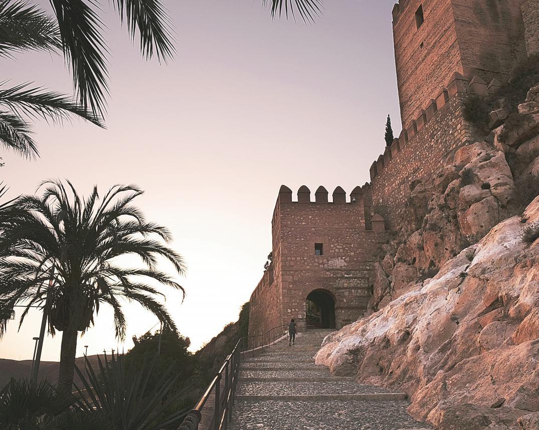 Resultado de imagen de sobre una colina se encuentra la Alcazaba