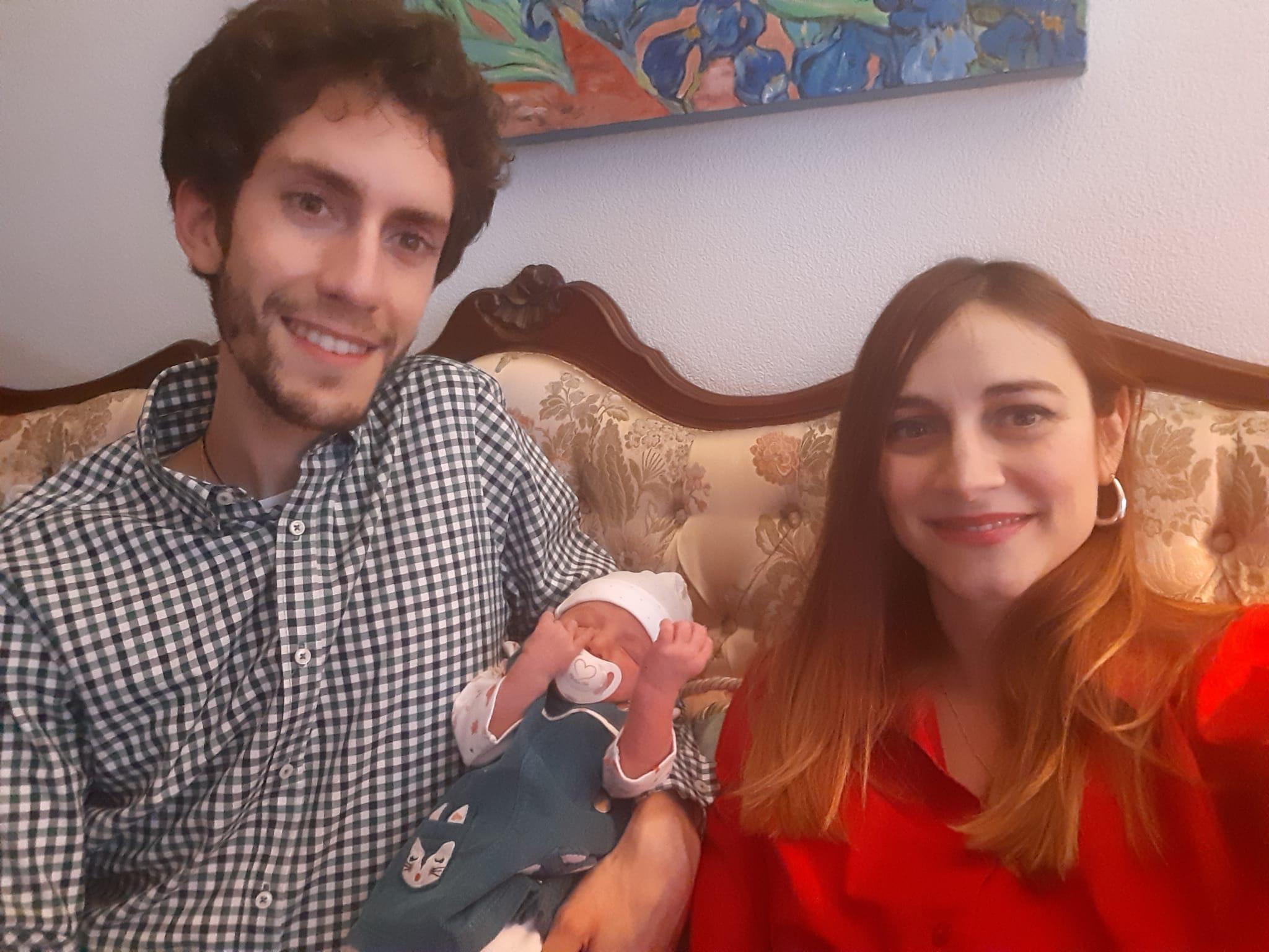 Isabel y Juan Carlos, junto a su hija Clara