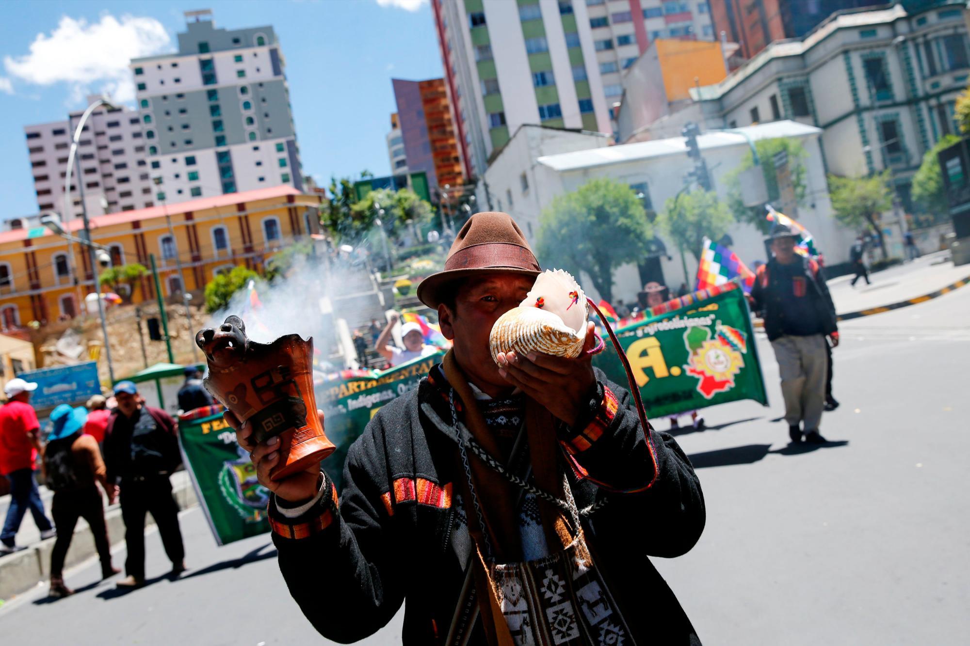 Un indígena muestra su apoyo a Evo Morales en una manifestación en la capital/Reuters
