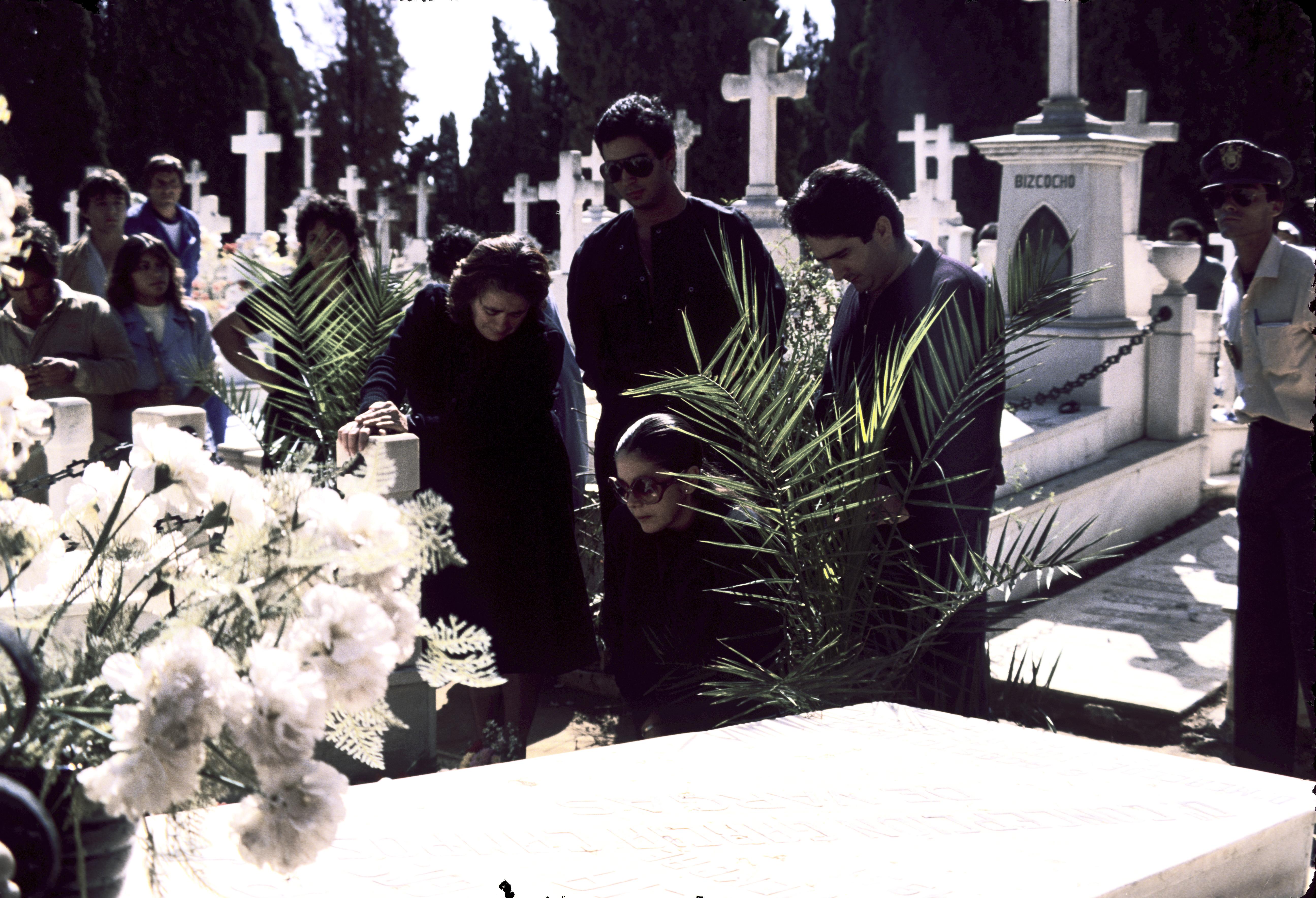"""LA CANTANTE ISABEL PANTOJA JUNTO A SU MADRE ANA MARTIN Y SUS HERMANOS AGUSTIN Y BERNARDO PANTOJA DURANTE EL ENTIERRO DE SU MARIDO , EL TORERO FRANCISCO RIVERA """"PAQUIRRI"""" 27/09/1984 SEVILLA"""